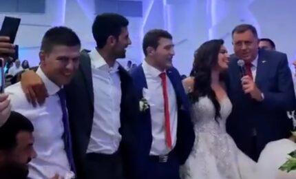 """Dodik zapjevao """"Pukni zoro"""" na svadbi Nemanje Majdova (VIDEO)"""
